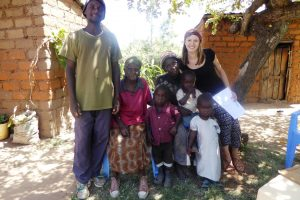 Victor und Laura besuchen Familien